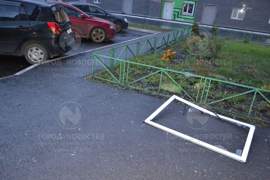 Новокузнецк народнаЯ новость: Часть балкона упала с 18 этажа.