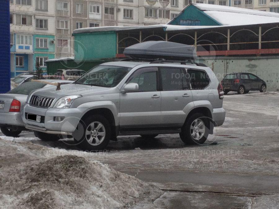 фотография где два мужика бухают возле машины и в капот воткнули топор