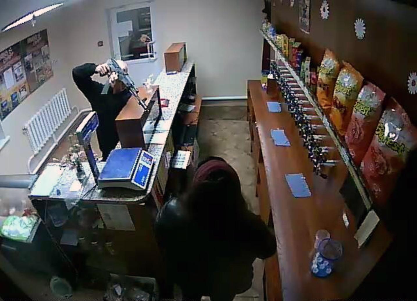 Вооруженный автоматом кемеровчанин похитил шашлык ибутылку пива