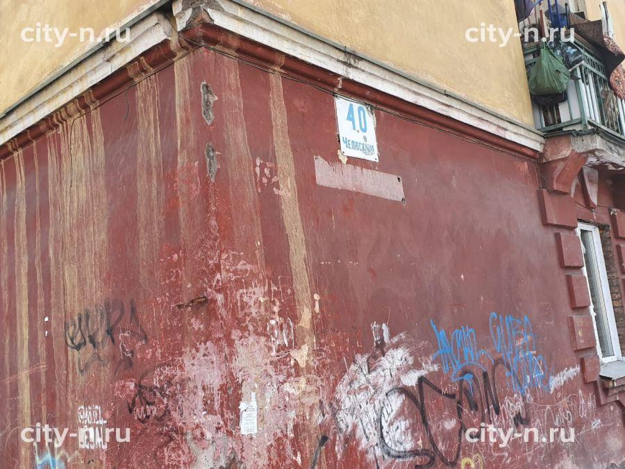 В новокузнецкой многоэтажке уже скрыло подъезды, а УК категорически отказывается чистить двор (ФОТО)